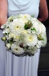 Brautstrauß aus weißen Sommerblumen